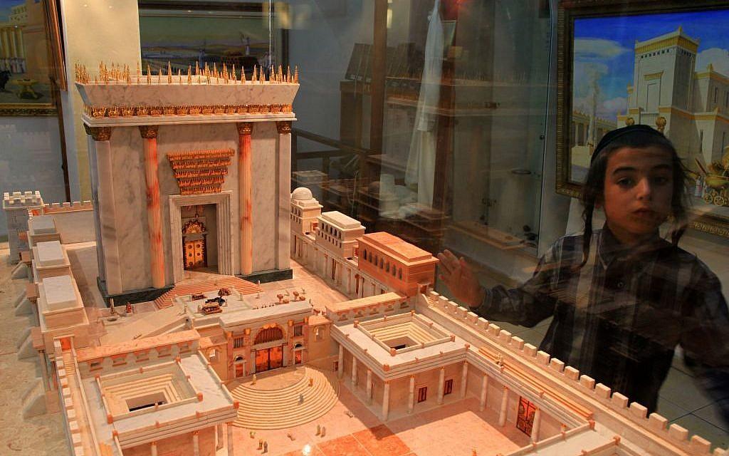 Une image contenant intérieur, bâtiment, autel  Description générée automatiquement